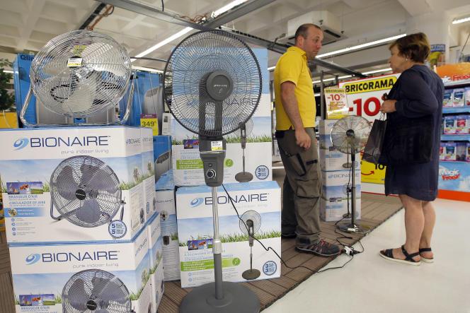 Un magasin de ventilateurs à Marseille, le 3 juillet. Dans la ville  la température est montée jusqu'à 34 °C , ce jour-là.