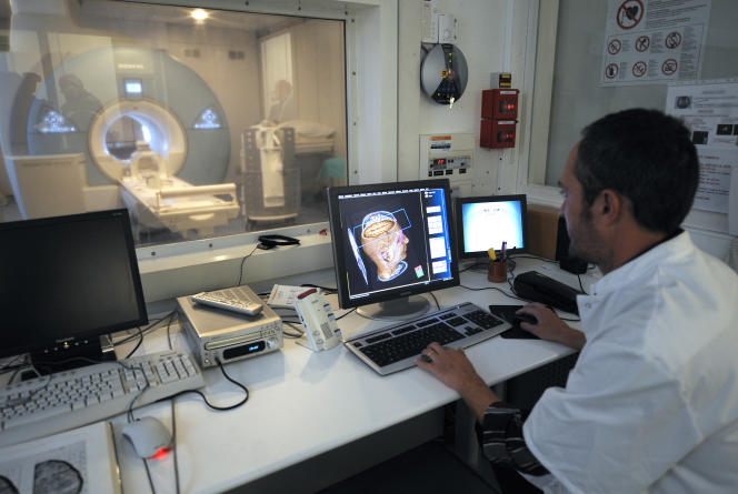 Un medecin observe, le 29 septembre 2008 au CEMEREM (Centre de résonance Magnétique Biologique et Médicale) de Marseille, les images d'un cerveau obtenues à partir d'une nouvelle IRM, le Magnetom Avanto, d'une puissance de 1,5 Tesla  permettant l'exploration du corp entier en un seul examen.