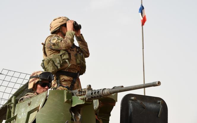 Un soldat français déployé dans le cadre de l'opération Barkhane, en patrouille sur un véhicule blindé entre M'Bouna et Goundam, dans la région de Tombouctou en juin 2015.
