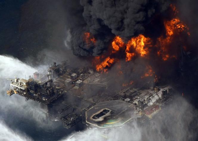 Incendie sur la plate-forme de forage Deepwater Horizon, dans le golfe du Mexique, le 21avril2010.