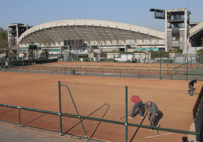 Les sous-sols du court Suzanne-Lenglen abritent le bureau du juge-arbitre, les vestiaires, la cafétéria et le service médical des Championnats de France Seniors.