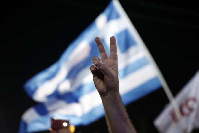 Dans la foule des partisans du non au référendum de dimanche, à Athènes, vendredi soir.