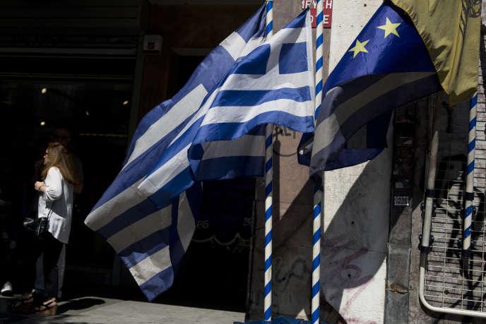 Selon l'économiste Charles Wyplosz, l'introduction de la monnaie unique « dans les Etats périphériques, [elle] a déclenché une forte baisse des taux d'intérêt et des coûts du crédit, qui se sont rapprochés des niveaux allemands »