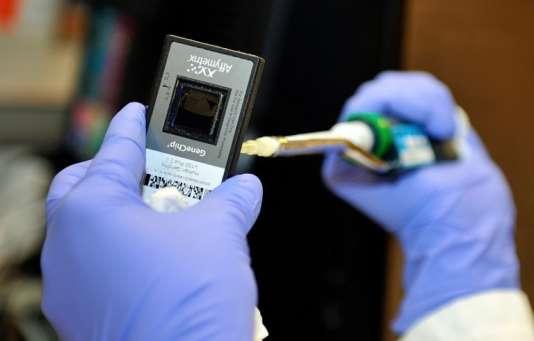 Analyse génétique au laboratoire Genfit, spécialisé dans le diagnostic génétique.
