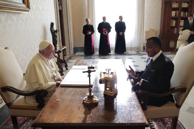 Le président congolais Denis Sassou Nguesso s'entretient avec le pape François le 9 décembre 2013.