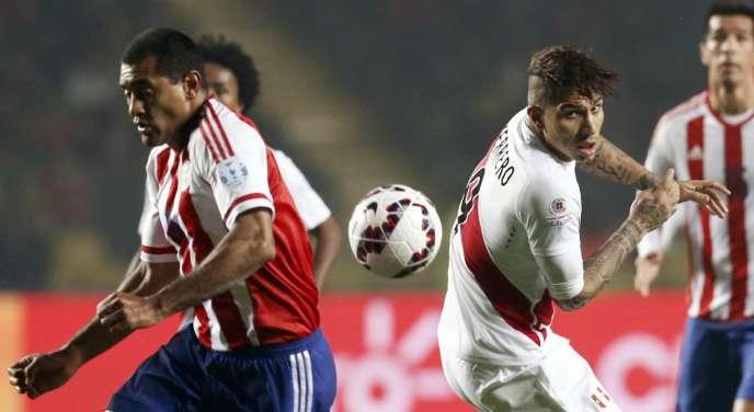 Le Paraguayen Paulo Da Silva feinte le Péruvien Paolo Guerrero (numéro 9), lors de la