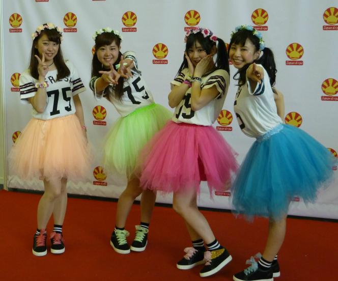 Le groupe de J-pop Idol Chaw Chaw lors d'une séance photo à la Japan Expo de Paris.