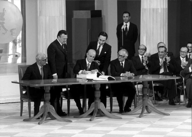 Le président de la République grec Constantin Caramanlis (troisième à gauche) signe le traité d'adhésion de la Grèce dans la Communauté économique européenne, à Athènes, le 28 mai 1979.