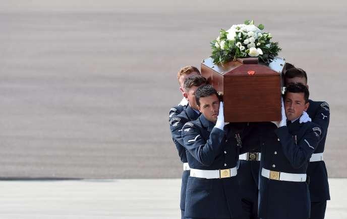 Les corps des cinq dernières victimes britanniques de l'attentat du 26 juin sont arrivés samedi 4 juillet en Grande-Bretagne.