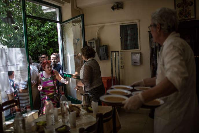 Soupe populaire distribuée par des bénévoles de l'Eglise orthodoxe, à Athènes.
