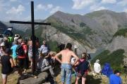 Des touristes observent le lac du Chambon (Isère), le 4 juillet 2015.