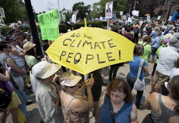 Mobilisation devant Queen's Park, durant le sommet des Amériques sur le climat, à Toronto (Canada). dimanche 5 juillet.