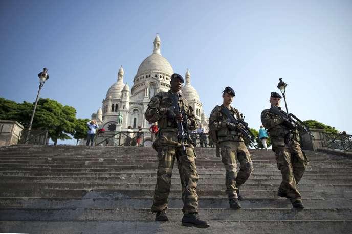 Des militaires sur la butte Montmartre à Paris  en 2013.