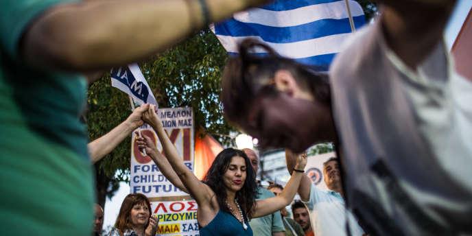 Rassemblement des partisans du non dimanche place Syntagma à Athènes.