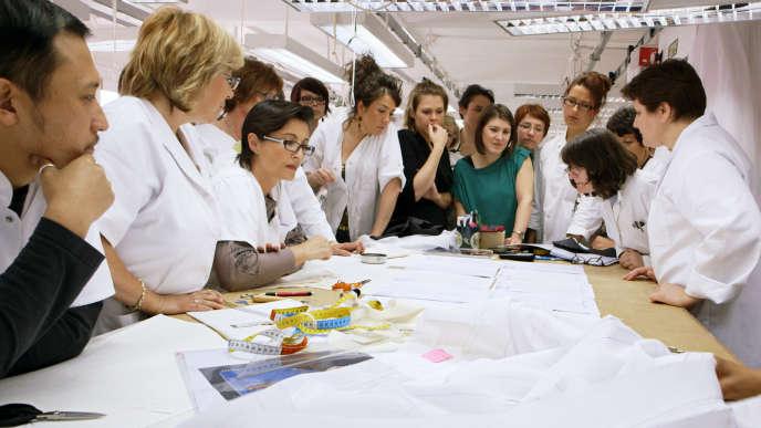 Au sein de la maison de haute couture Christian Dior dans le documentaire de Frédéric Tcheng,