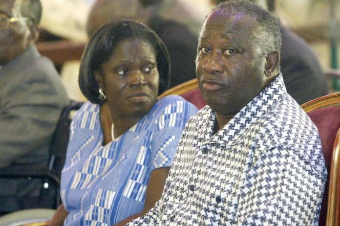 Simone Gbagbo et son époux, le président Laurent Gbagbo, le 27 octobre 2005 dans l'église méthodiste unie de Côte d'Ivoire, à Bonoua.