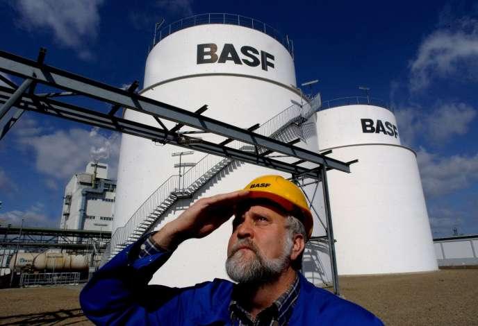 Un employé de BASF, sur le site de Schwarzheide, dans l'est de l'Allemagne, en mars 2013.