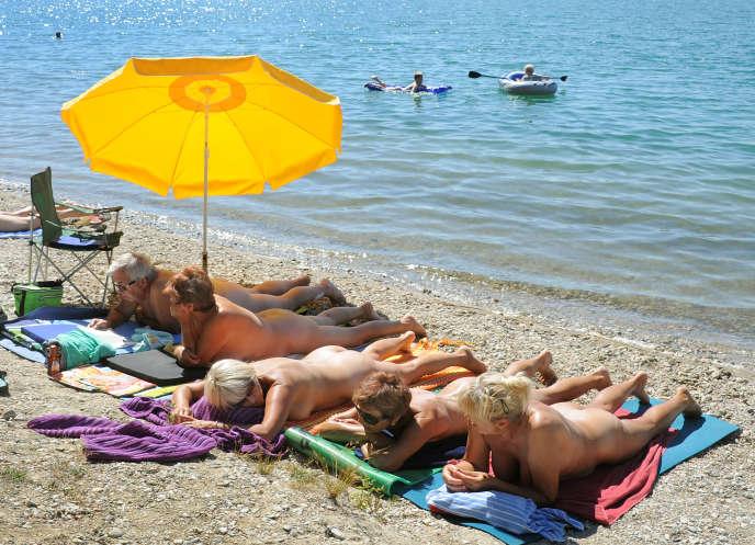 Des baigneurs naturistes au lac Grillensee de Naunhof, près de Leipzig,