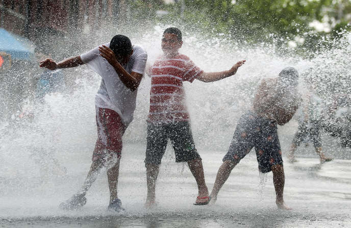 Des enfants jouent avec des bouches à incendies dans le Bronx à New York le 9 juin 2011.
