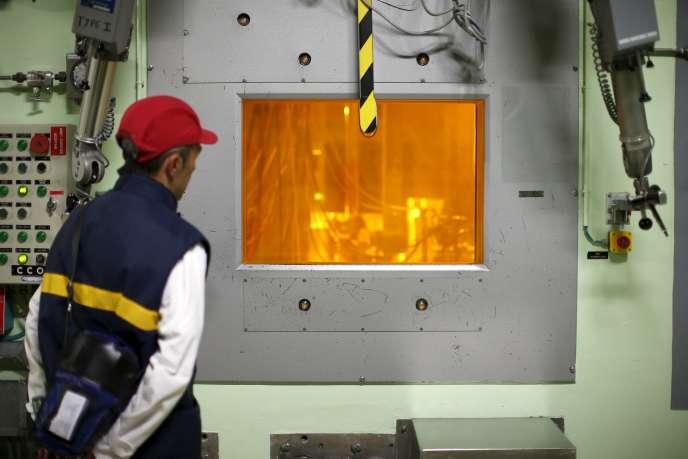 Travailleur de l'usine de retraitement de déchets de La Hague (Manche), le 22 avril 2015.