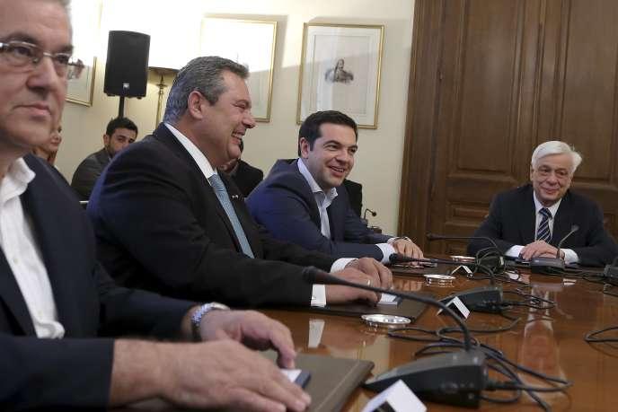 Au centre, Panos Kammenos (ANEL, droite souverainiste) et le premier ministre, Alexis Tsipras.