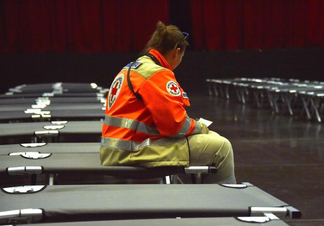 Un membre de la Croix-Rouge à Digne-les-Bains, le 25 mars.