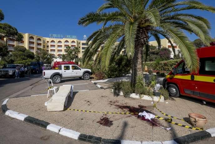 A l'entrée de l'hôtel de Sousse, à Tunis, après l'attaque terroriste du 26 juin 2015.