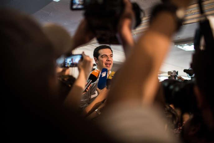 Alexis Tsipras s'adresse à la presse dans le bureau de vote du quartier à Athènes, où il vote, dimanche 5juillet.