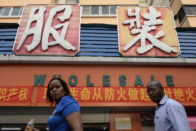 Des Africains dans une rue commerçante de Guanzhou, août 2013.