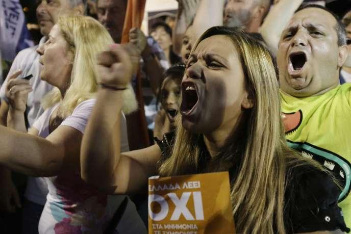 Des partisans du non réagissent aux premiers résultats du référendum, place Syntagma, dimanche 5juillet, à Athènes.