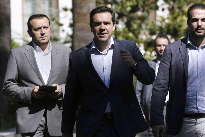 Alexis Tsipras, avec le ministre Nikos Pappas (à gauche) et le porte-parole du gouvernement Gavriil Sakellaridis (à droite) à Athènes le 6 juillet 2015.