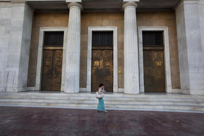 Devant la Banque de Grèce , à Athènes, le 6 juillet.  La Banque européenne centrale refuse de prendre une décision qui doit incomber, selon elle, aux responsables politiques.