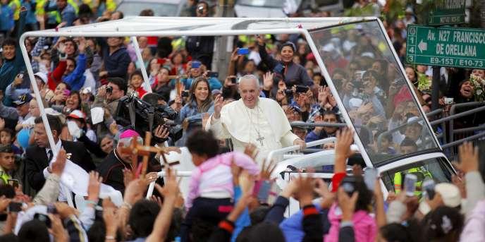 Le pape François dans les rues de Quito, en Equateur, le 5 juillet.