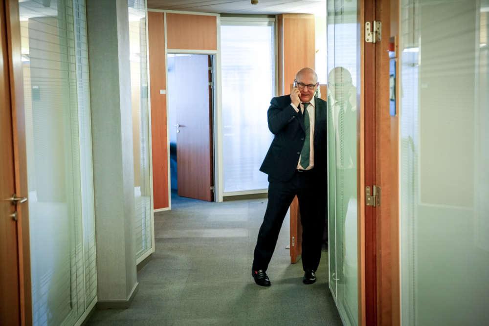 Le ministre français, dans les bureaux de la représentation permanente de la France auprès de l'Union européenne, à Bruxelles. Les rendez-vous européens se sont multipliés : à 13 heures, les dix-neuf ministres des finances de la zone euro se sont réunis en Eurogroupe à Bruxelles. A 18 heures, c'était au tour des chefs d'Etat et de gouvernement des pays de la zone euro de se retrouver une nouvelle fois à Bruxelles.