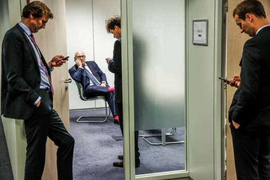 Michel Sapin, ministre des Finances attend le nouveaux ministre des finances grec Euclide Tsakalotos pour une rencontre bilatérale précédant une réunion de l'Eurogroupe sur la situation économique en Grèce, au siège de l'Union Européenne, à Bruxelles, Belgique, mardi 2015©Jean-Claude Coutausse / french-politics pour Le Monde