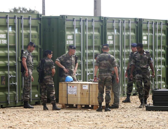 Des soldats français attendent, le 2septembre2006, à Miramas, leur déploiement au Liban.