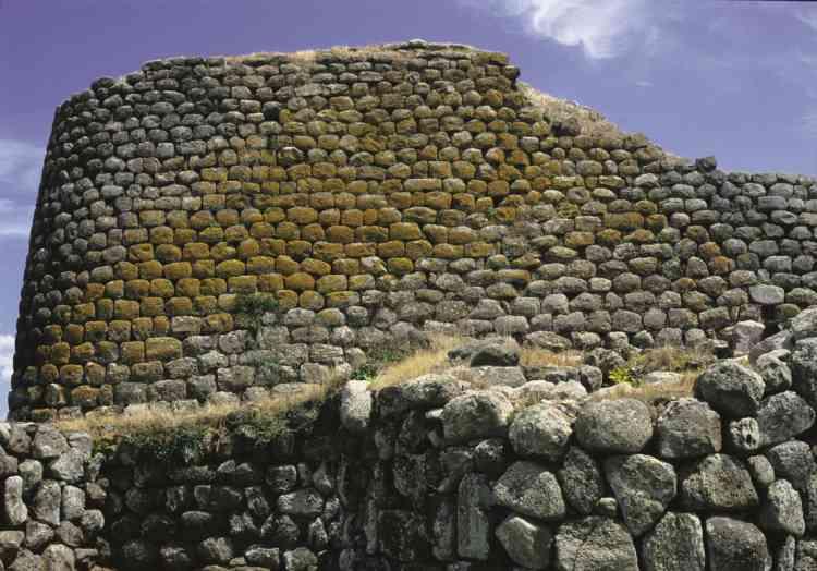 Gros plan sur le donjon central du nuraghe Losa, à Abbasanta, qui a été dégagé.