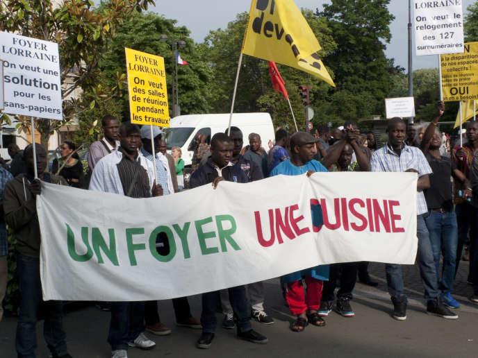Rassemblement à l'appel des résidents du foyer de la rue de Lorraine devant la mairie du 19e arrondissement, Paris, 15 juin 2015.