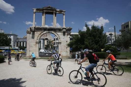 Des touristes à proximité de l'arche d'Hadrien, à Athènes.