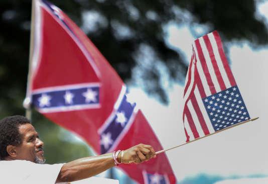 La bataille autour du drapeau des Etats confédérés a été aiguisée par les photos diffusées par l'auteur de la fusillade, Dylann Roof, un Blanc de 21 ans aux motivations racistes. Ces photos le montraient à côté de la bannière sudiste.