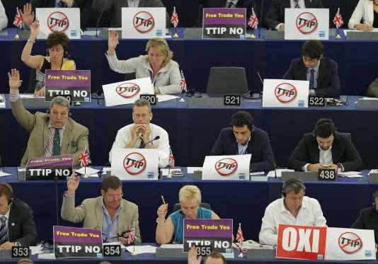 Les députés européens disant leur opposition au traité transatlantique au Parlement européen, à Strasbourg, le 8juillet.