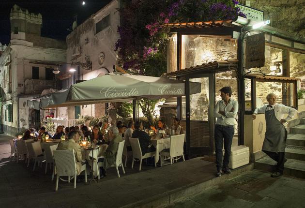 Le restaurant la Trattoria da Cicciotto, situé en bord de mer, est abrité dans un bâtiment datant de l'époque romaine.