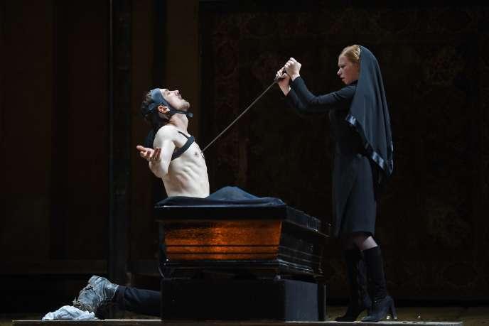 Lars Eidinger (Richard III) et Jenny Konig (Lady Anne) dans la pièce