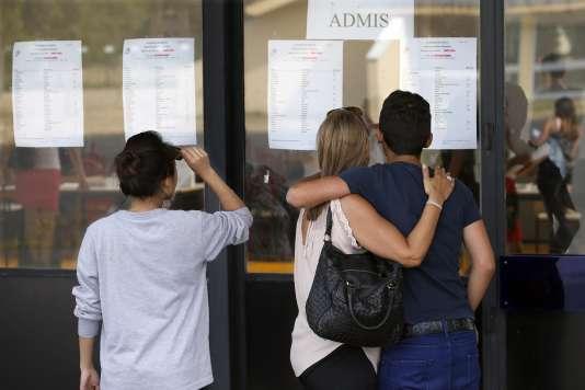 Les résultats du bac au lycée Guillaume-Budé à Limeil-Brévannes (Val-de-Marne) le 7 juillet.