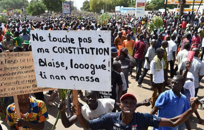Manifestants protestant contre un éventuel changement de la constitution en faveur d'un nouveau mandat de Blaise Compaoré, le 28 octobre 2014 à Ouagadougou.