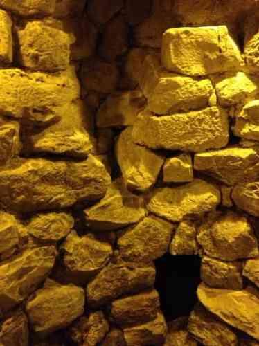 L'intérieur du donjon central de forme conique du XVIe siècle av. J.-C. Couvert d'un tholos, fausse coupole – comme celle des Mycéniens –, garni d'un  sol de galets polis, il dispose d'ouvertures à mi hauteur, donnant sur des petites chambres accessibles sans doute par une échelle ou au moyen d'une corde.