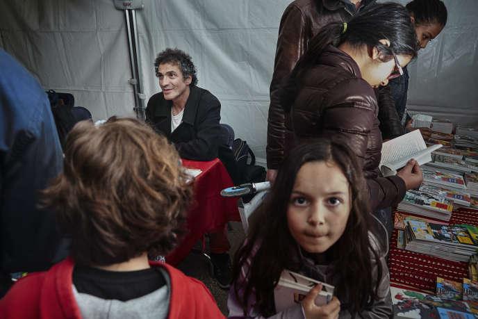 En 2013-2014, l'association que Vincent Safrat a fondée, Lire c'est partir, a vendu 2,2 millions de livres jeunesse à 0,80 € pièce. Avec une idée-force, « Lutter contre la misère avec le livre » – et avec une énergie hors du commun ! ( (photo:  Vincent Safrat lors d'une vente Lire c'est partir, à Paris, en juin).