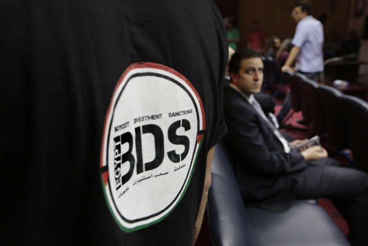 Dimanche 20 avril 2015 au Caire, un Egyptien porte un T-shirt avec le logo de BD (Boycott, désinvestissement, sanctions). (AP Photo/Amr Nabil, File)