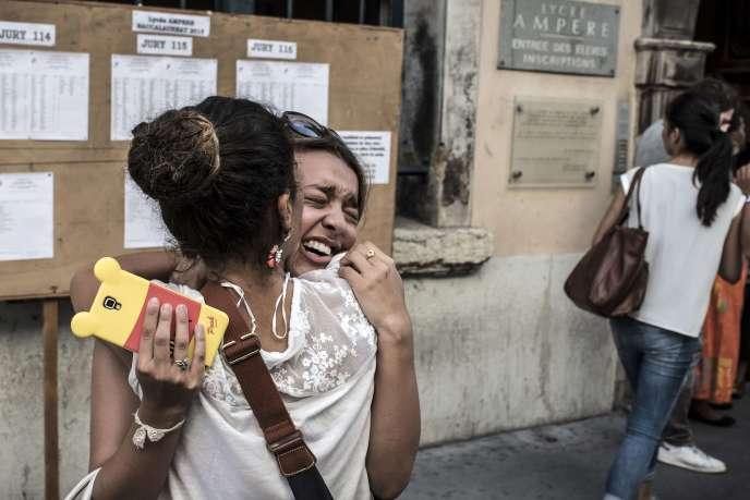 Des étudiantes se félicitent après avoir vu leurs résultats du bac à Lyon, le 7 juillet.