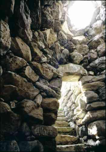 Situé juste en face de l'actuelle chapelle de Sardara, l'escalier mégalithique conduit au fond du « puits sacré », de l'ancien village nuragique situé sous le bourg moderne. Les nuraghes ont été utilisés à partir des Xe-IXe siècles av. J.-C. comme lieu de culte dédié à la déesse de la lune.